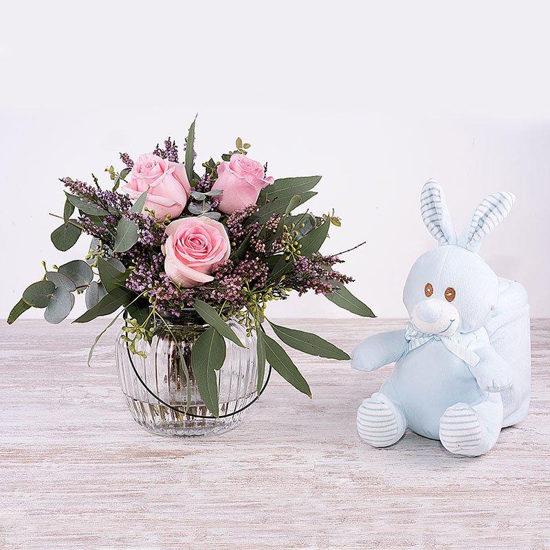 Bienvenido bebé - mini bouquet de rosas con manta y conejito azul