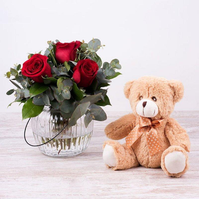 Sandy: Rosas rojas, jarrón y osito