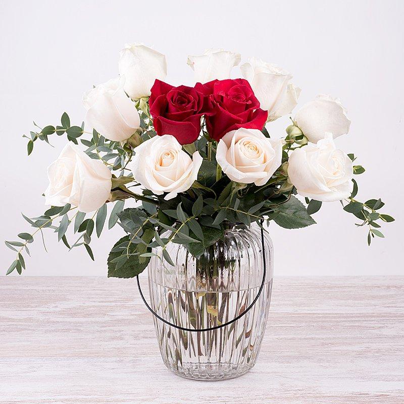 Pareja de Baile: rosas blancas y rojas