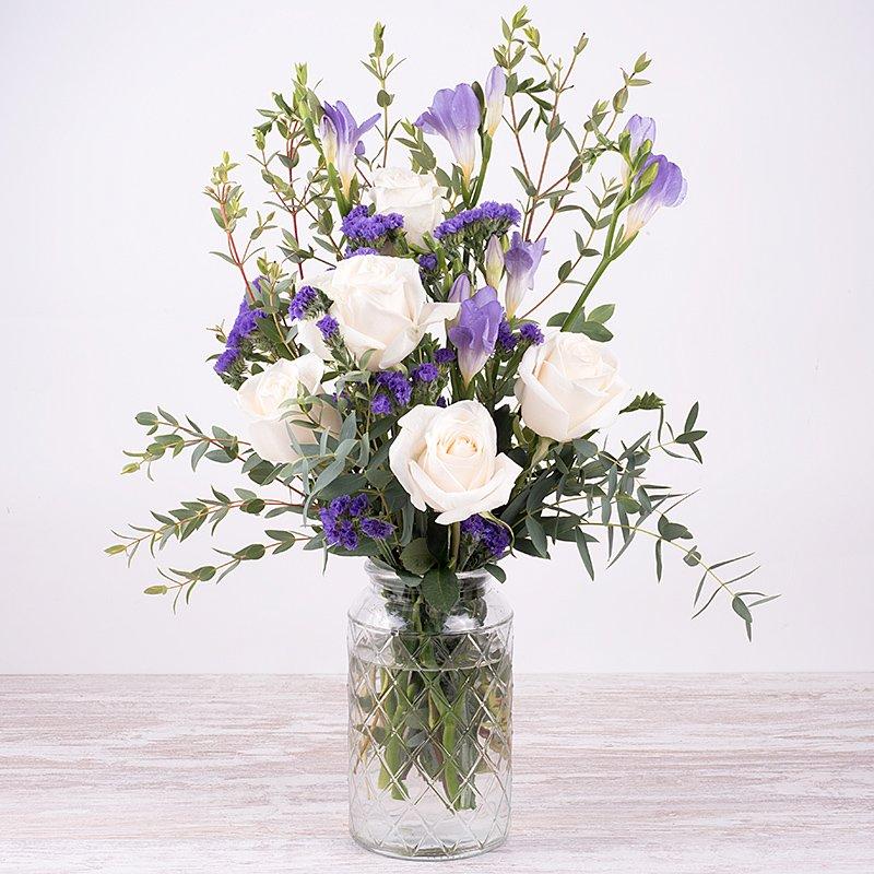 Dulce perfume - rosas blancas y flor lila