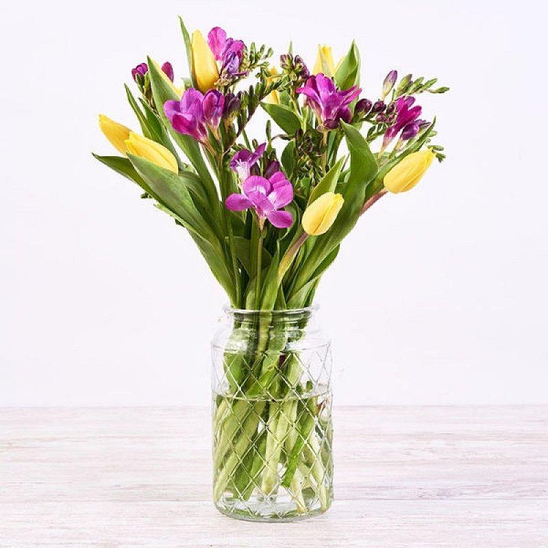 Fuente de energía - tulipán amarillo y flor lila