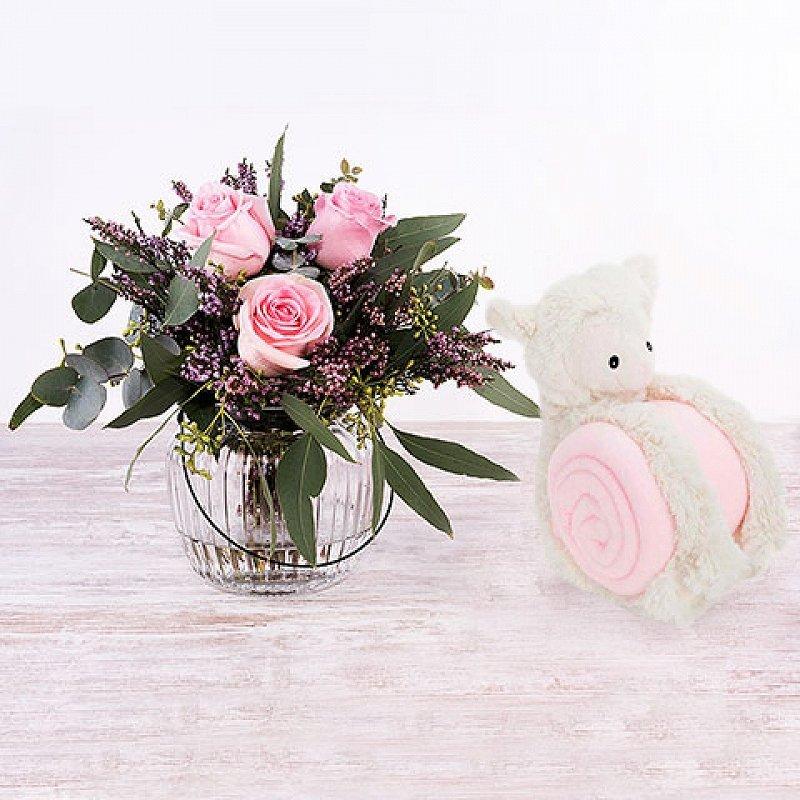 Bienvenido bebé - Mini bouquet de rosas con manta y ovejita rosa