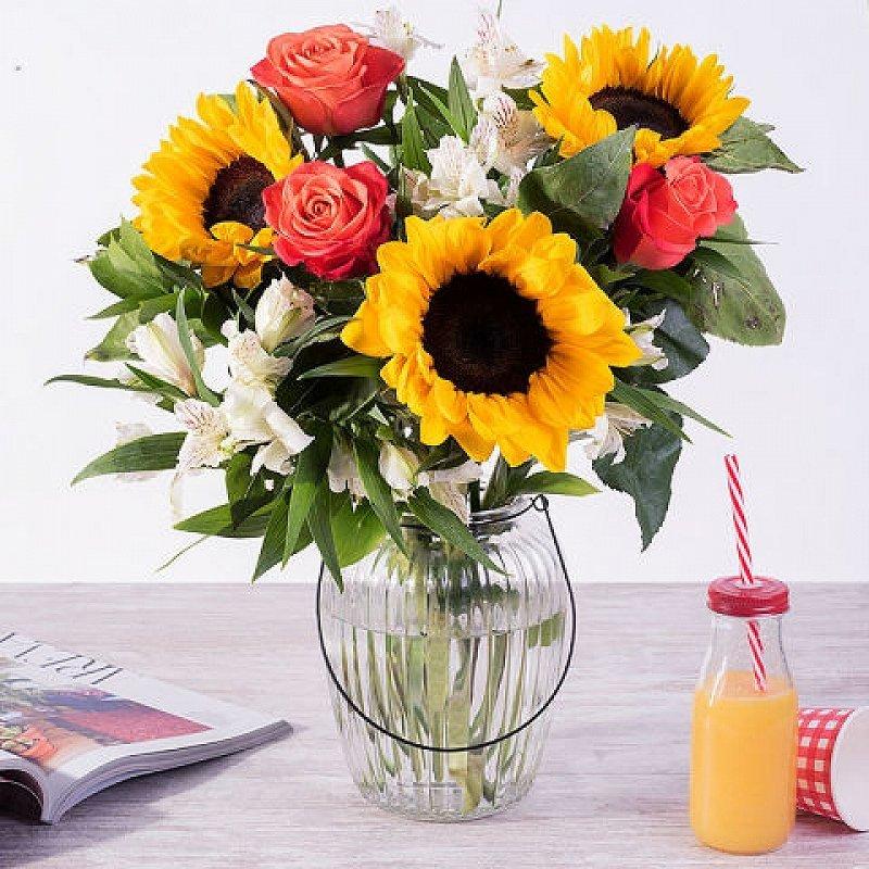 Luz de verano - girasoles, rosas y alstroemerias